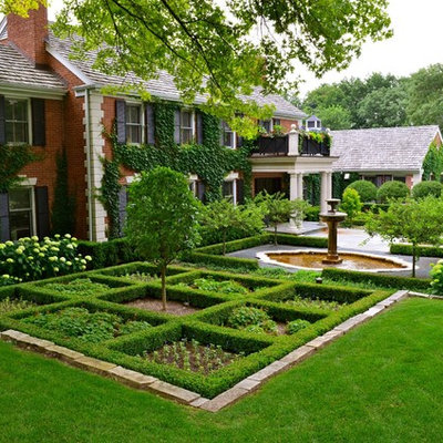 Design ideas for a mid-sized traditional front yard formal garden in Chicago.