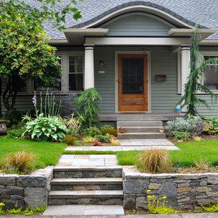 Стильный дизайн: участок и сад на переднем дворе в стиле кантри с подпорной стенкой - последний тренд