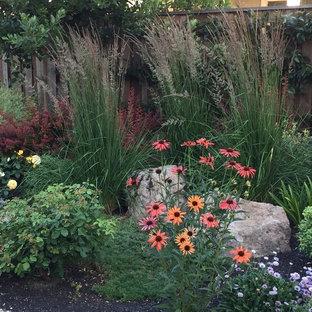 Inspiration för en mellanstor eklektisk bakgård i full sol som tål torka, med grus