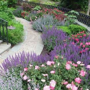 На фото: огромная геометрическая, летняя садовые дорожки и калитки на заднем дворе в классическом стиле с полуденной тенью и мощением клинкерной брусчаткой с