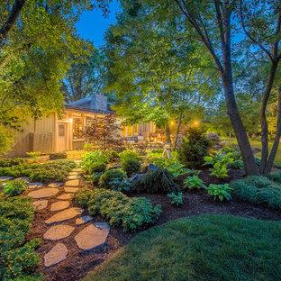 Geometrischer, Großer, Halbschattiger Asiatischer Garten hinter dem Haus mit Gartenweg und Natursteinplatten in Milwaukee