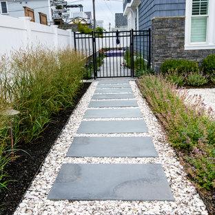 Immagine di un giardino stile marino di medie dimensioni e davanti casa con pavimentazioni in pietra naturale