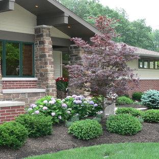 Modelo de jardín clásico, grande, en patio delantero, con exposición parcial al sol