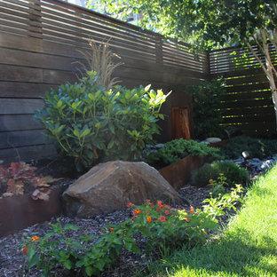 Esempio di un piccolo giardino formale etnico esposto a mezz'ombra davanti casa in inverno con un muro di contenimento e pavimentazioni in pietra naturale