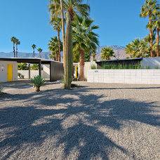 Modern Landscape by House & Homes Palm Springs Home Staging