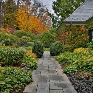Imagen de camino de jardín francés, clásico, de tamaño medio, en otoño, en patio delantero, con adoquines de piedra natural y exposición parcial al sol