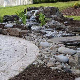 Пример оригинального дизайна: маленький тенистый, весенний садовый фонтан на заднем дворе в средиземноморском стиле с мульчированием