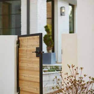シャーロットのモダンスタイルのおしゃれな横庭 (庭への小道、日向、コンクリート敷き) の写真