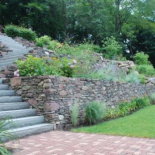 Ejemplo de camino de jardín francés, tradicional, de tamaño medio, en ladera, con adoquines de piedra natural
