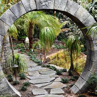 Idées déco pour un grand jardin arrière exotique l'été avec une entrée ou une allée de jardin, une exposition partiellement ombragée et des pavés en pierre naturelle.