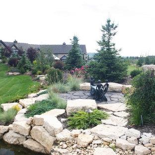 Geräumiger, Geometrischer Moderner Hanggarten Mit Natursteinplatten In  Calgary