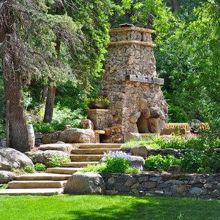 Cette image montre un jardin arrière traditionnel avec une cheminée.