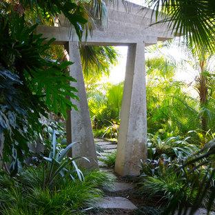Cette image montre un jardin ethnique avec une entrée ou une allée de jardin et des pavés en pierre naturelle.