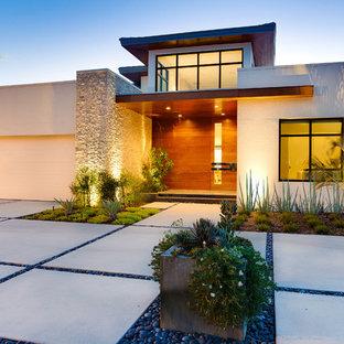Diseño de acceso privado minimalista, de tamaño medio, en invierno, en patio delantero, con exposición total al sol y adoquines de hormigón