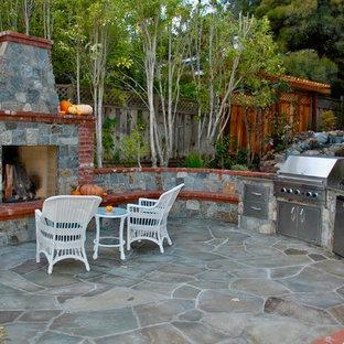 Geometrischer, Großer, Halbschattiger Klassischer Garten hinter dem Haus mit Kamin und Natursteinplatten in San Francisco
