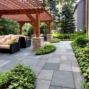Réalisation d'un jardin arrière tradition l'été avec une entrée ou une allée de jardin, une exposition ombragée et des pavés en pierre naturelle.