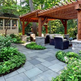 Schattiger, Großer Klassischer Garten im Sommer, hinter dem Haus mit Gartenweg und Natursteinplatten in Chicago