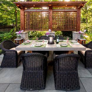 Schattiger Klassischer Garten im Sommer, hinter dem Haus mit Gartenweg und Natursteinplatten in Chicago