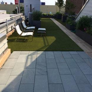 Idee per un grande giardino formale classico esposto a mezz'ombra sul tetto in estate con un giardino in vaso e pedane