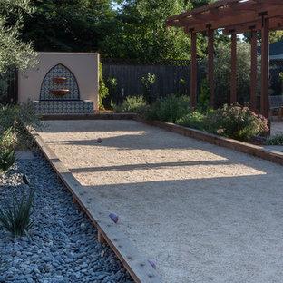 Inspiration pour un terrain de sport extérieur arrière méditerranéen de taille moyenne avec une exposition ensoleillée et un gravier de granite.
