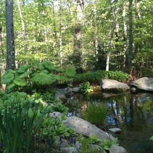 Großer Klassischer Garten hinter dem Haus mit Teich und Natursteinplatten in Boston