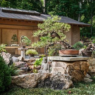 Idéer för små orientaliska trädgårdar i full sol, med en fontän och naturstensplattor