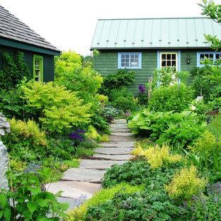 Imagen de camino de jardín campestre con adoquines de piedra natural