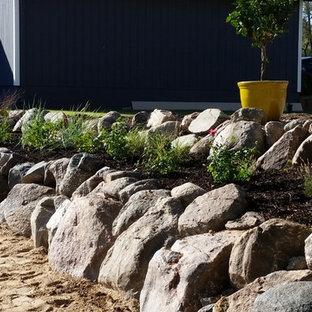 Стильный дизайн: большой участок и сад на заднем дворе в морском стиле с подпорной стенкой - последний тренд