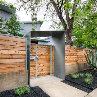 На фото: солнечный засухоустойчивый сад среднего размера на переднем дворе в современном стиле с хорошей освещенностью, садовой дорожкой или калиткой и мощением тротуарной плиткой с