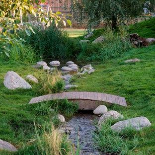 他の地域の中サイズのラスティックスタイルのおしゃれな庭の噴水の写真