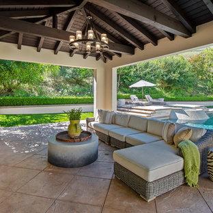 Großer, Schattiger Moderner Garten hinter dem Haus mit Kamin und Betonplatten in Los Angeles