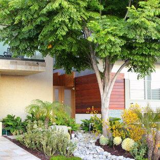 Moderner Vorgarten mit Auffahrt und Flusssteinen in Orange County
