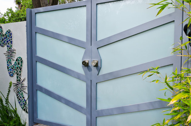 Modern Garden by Pacific Garage Doors & Gates