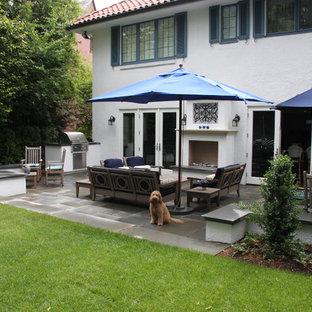 Geometrischer, Mittelgroßer, Halbschattiger Mediterraner Garten hinter dem Haus mit Natursteinplatten und Kamin in Seattle