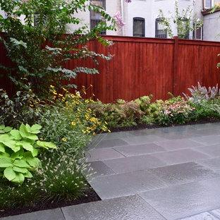 Geometrischer, Kleiner Moderner Garten im Sommer, hinter dem Haus mit direkter Sonneneinstrahlung und Natursteinplatten in New York