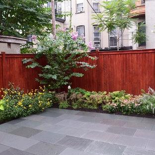 Inspiration pour un petit jardin à la française arrière minimaliste l'été avec une exposition ensoleillée et des pavés en pierre naturelle.
