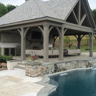 Geometrische, Geräumige Rustikale Gartenkamin im Sommer, hinter dem Haus mit direkter Sonneneinstrahlung und Natursteinplatten in Philadelphia