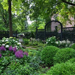 Ispirazione per un giardino chic in ombra dietro casa