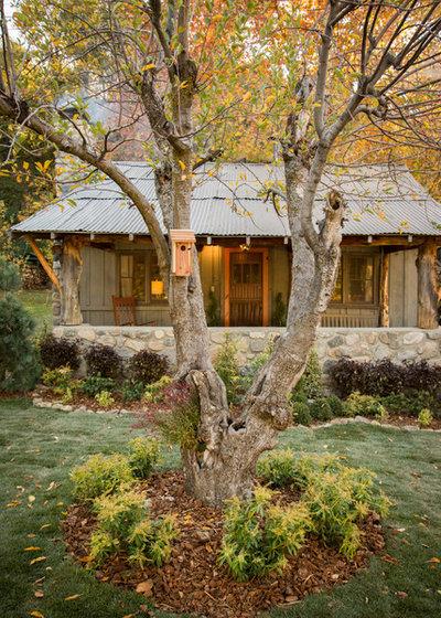 Rustic Landscape by Bohler Builders Group, Inc.