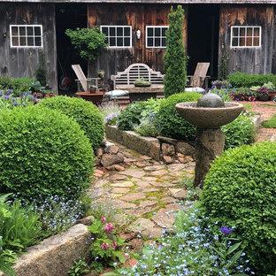 Пример оригинального дизайна: солнечный участок и сад на заднем дворе в стиле кантри с садовой дорожкой или калиткой, хорошей освещенностью и мощением клинкерной брусчаткой