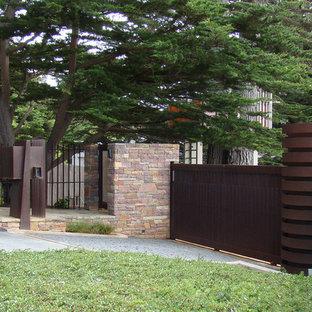 На фото: участок и сад на переднем дворе в современном стиле с
