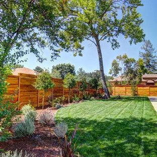 Halbschattiger, Geräumiger Moderner Garten hinter dem Haus mit Kamin und Betonplatten in Sacramento