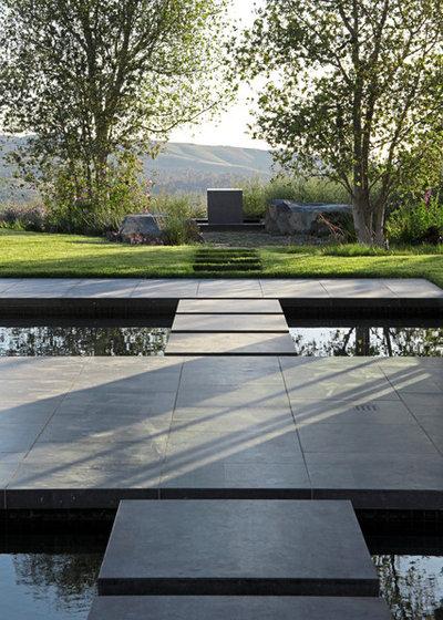 Modern Garden by Site Design Studio