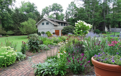 Perennial Borders Transform a Lake House Garden
