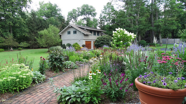 Traditional Garden by A J Miller Landscape Architecture PLLC