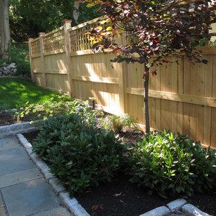 Modelo de jardín clásico, en patio lateral, con exposición parcial al sol y adoquines de piedra natural