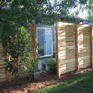 Cette photo montre un jardin à la française arrière tendance de taille moyenne avec une exposition ombragée et des pavés en pierre naturelle.