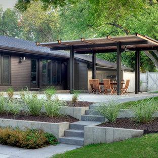 Immagine di un giardino contemporaneo dietro casa con un muro di contenimento