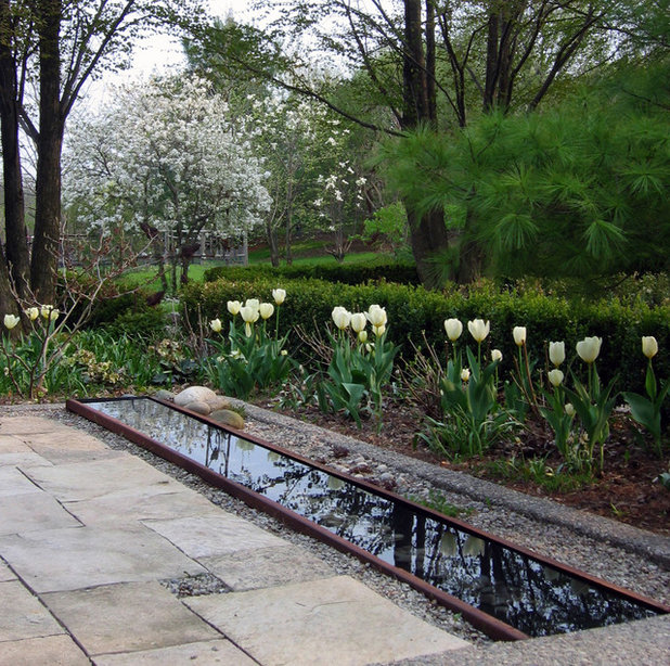 Traditional Garden by Enroot Landscape Planning and Design