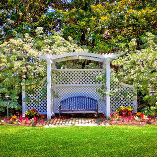 Неиссякаемый источник вдохновения для домашнего уюта: участок и сад на заднем дворе в классическом стиле